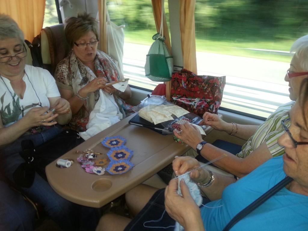 Señoras disfrutando del bus